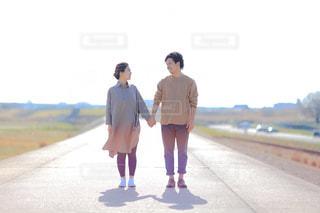 男と女の道を歩いての写真・画像素材[1210102]