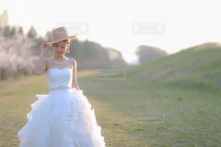 白いドレスを着た女性の写真・画像素材[1210434]