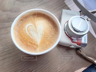 テーブルの上のコーヒー カップの写真・画像素材[897178]