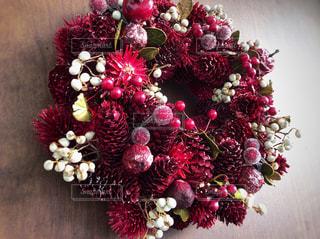 クリスマスリース。華やかに赤色ベースに白やキラキラがほどよく効いてます。の写真・画像素材[909289]