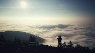 雲海を撮影する人の写真・画像素材[915230]