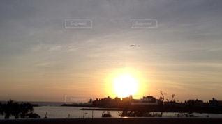 夕日と飛行機の写真・画像素材[927579]