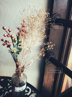 テーブルの上の花の花瓶の写真・画像素材[989299]