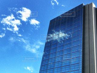 雲が映り込むオフィスビルの写真・画像素材[1001464]