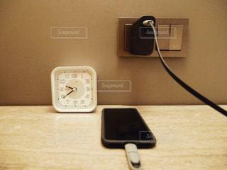 スマホ充電中の写真・画像素材[1003411]