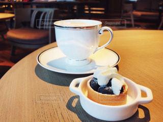 テーブルの上のコーヒー カップ - No.1024750