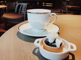 テーブルの上のコーヒー カップ - No.1024751