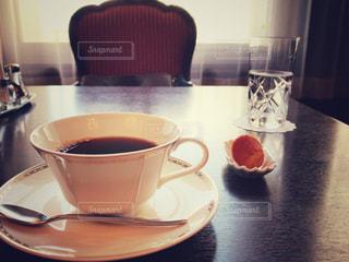 テーブルの上のコーヒー カップの写真・画像素材[1030844]