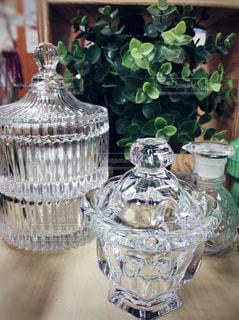 テーブルにガラスの瓶のグループの写真・画像素材[1143373]