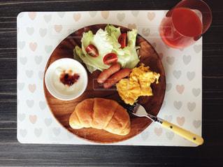 板の上に食べ物の種類でいっぱいのボックスの写真・画像素材[1152926]