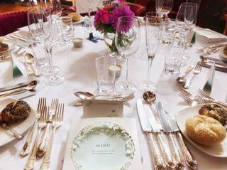 ワイングラスで満たされたダイニング テーブルの写真・画像素材[1155547]