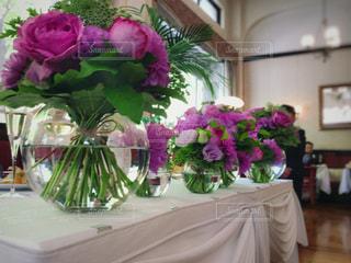 テーブルの上の紫色の花一杯の花瓶の写真・画像素材[1155549]