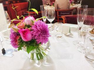 テーブルの上に花の花瓶の写真・画像素材[1155550]