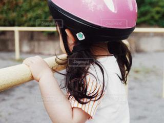 近くにヘルメットを身に着けている女の子のの写真・画像素材[1166911]