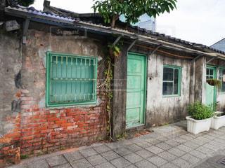 れんが造りの建物と緑のドアの写真・画像素材[1173043]