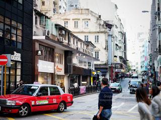 街の通りを歩いて人々 のグループの写真・画像素材[1205357]