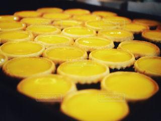 近くのテーブルの上に食べ物をの写真・画像素材[1205361]