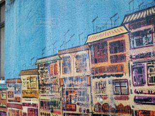 通りの側面に落書きのある建物の写真・画像素材[1205368]
