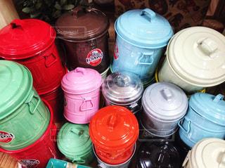 カラフルな缶の写真・画像素材[1238065]