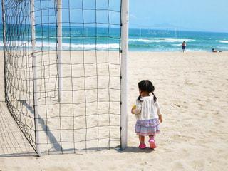 ビーチに立っている女の子の写真・画像素材[1293998]