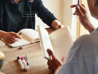 テーブルに着席した人の写真・画像素材[1321295]