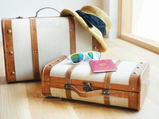スーツケースの上に大事なものの写真・画像素材[1321442]