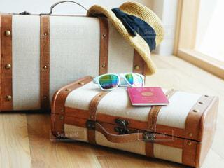 スーツケースの上に大事なものの写真・画像素材[1321443]