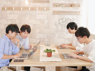 和やかなオフィスの写真・画像素材[1347734]