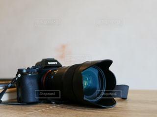 テーブルの上の黒いカメラの写真・画像素材[1355603]
