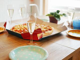 木製テーブルの上に座っているグラスワインの写真・画像素材[1355605]