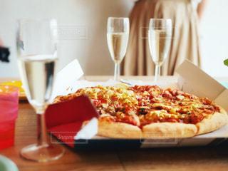 テーブルの上のピザのスライスを皿の料理の写真・画像素材[1355606]