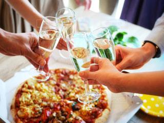 テーブルにピザの写真・画像素材[1355609]