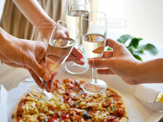 ワインのガラスを保持している女性の写真・画像素材[1355610]