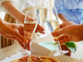 ワインのグラスを持っている手の写真・画像素材[1355611]
