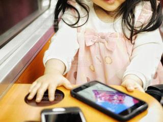 スマホで動画を見る女の子の写真・画像素材[1367492]