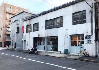 近くの建物の前の通りの写真・画像素材[1373060]