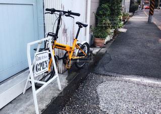 自転車は、道路の脇に駐車の写真・画像素材[1373062]