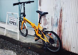 自転車は建物の脇に駐車の写真・画像素材[1373064]