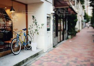 自転車は建物の脇に駐車の写真・画像素材[1373066]