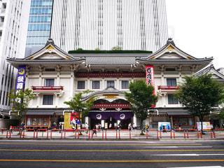 歌舞伎座の前を歩いて人々 のグループの写真・画像素材[1386794]