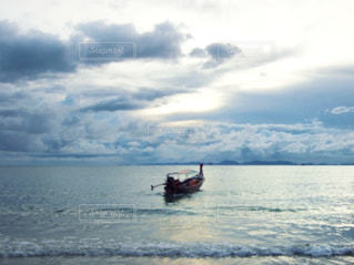 水の体の小さなボートの写真・画像素材[1400506]