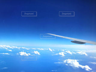 青い空を飛んでいる飛行機のビューの写真・画像素材[1432062]