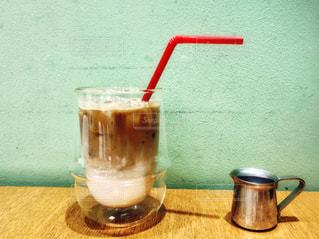 テーブルの上のコーヒー カップの写真・画像素材[1432063]