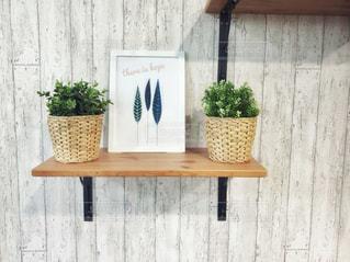 木製の棚の上に座って花の花瓶の写真・画像素材[1432065]