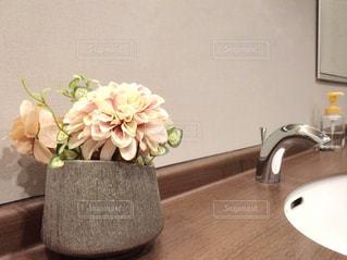 木製テーブルの上に座っている花の花瓶の写真・画像素材[1440066]