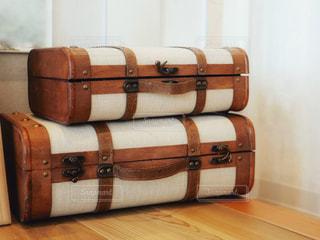 お荷物はスーツケースの上に積み上げの写真・画像素材[1522089]
