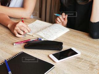 ラップトップを使用してテーブルに座っている人の写真・画像素材[1544388]