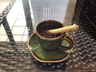 テーブルの上のカップの写真・画像素材[1588121]