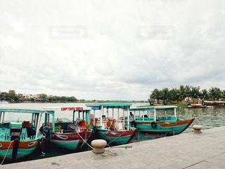 水の体の横にボートをドッキングの写真・画像素材[1600323]