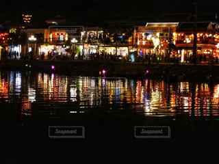 夜の空の都市と水の大きな体の写真・画像素材[1600372]